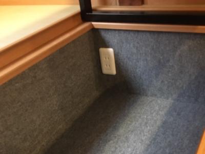 足元に電源用のコンセントを設置していますのでご自由にお使いください♪